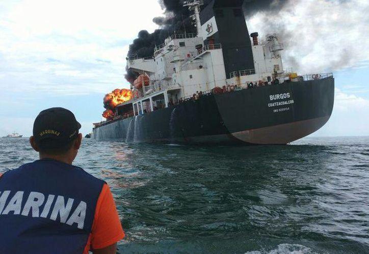 El buque tipo cisterna de Pemex, cargada con 167 mil barriles de combustible, explotó y se incendió este sábado frente a las costas del puerto de Veracruz. (EFE)