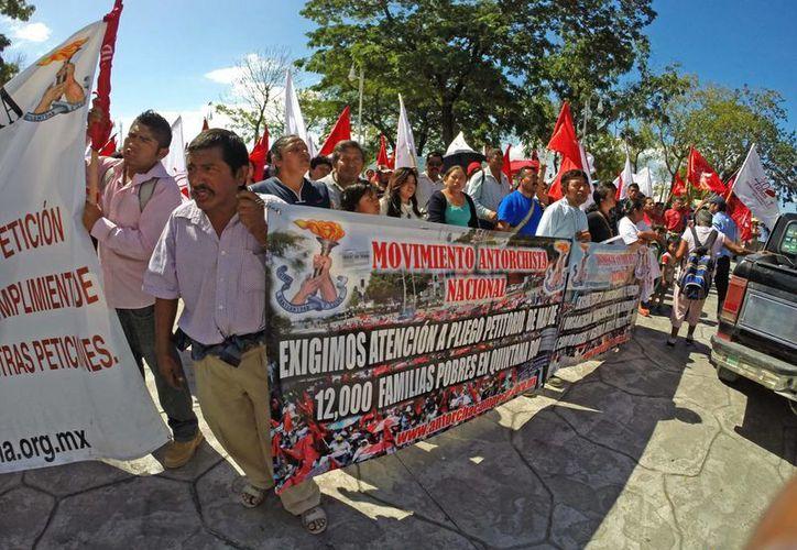 Los integrantes del Movimiento Antorchista se manifestaron frente al Palacio de Gobierno. (Harold Alcocer/SIPSE)