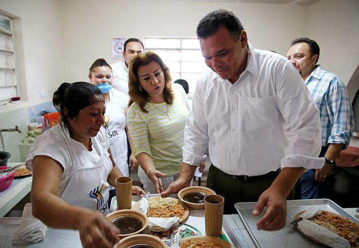 El gobernador Rolando Zapata Bello realizó un recorrido por uno de los 'Comedores del bienestar' que se inauguraron. (Cortesía)