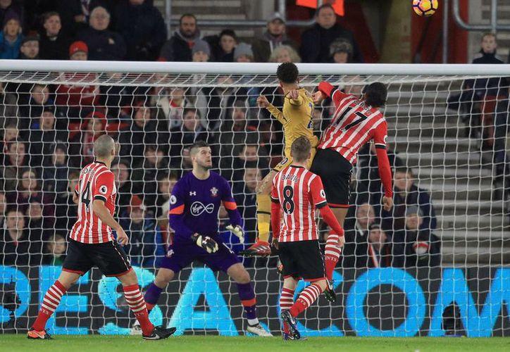 El equipo de Pochettino vence a Southampton y llega a 36 puntos para ubicarse en el quinto escalón de la Liga Premier. En la foto, el gol de Dele Alli. (AP)