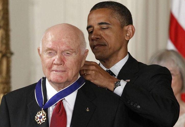 Imagen de archivo de mayo de 2012, del presidente Barack Obama al otorgar la Medalla de la Libertad al exastronauta John Glenn, durante una ceremonia en el Salón Este de la Casa Blanca en Washington. El también exsenador falleció a la edad de 95 años. (AP Photo / Charles Dharapak, File)