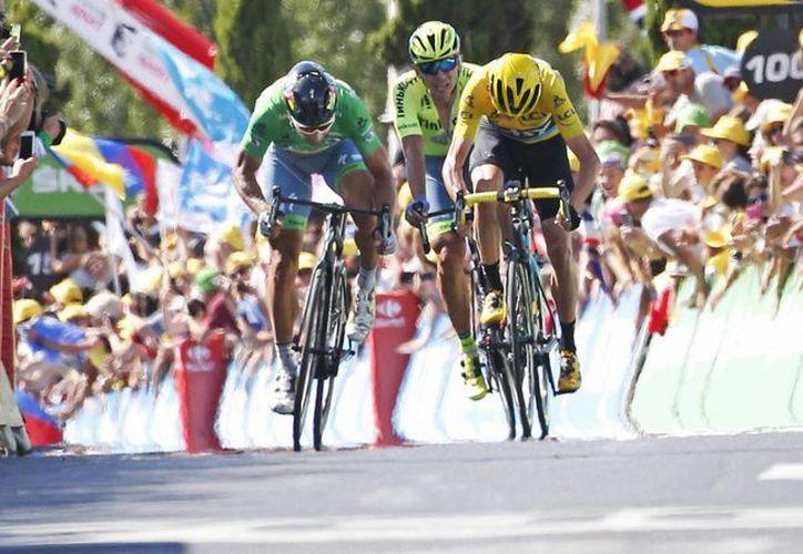 El eslovaco Peter Sagan (verde) y el inglés Chris Fromm (amarillo) se dirigen al cierre de la etapa 11 del Tour de Francia, ganada por el primero. (AP)