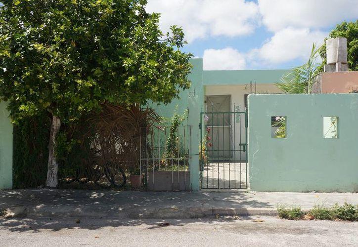 Funcionarios de Sedesol realizaron un recorrido por la colonia Nora Quintana para verificar la aplicación del programa oficial 'Pintando tu bienestar'. (Cortesía)