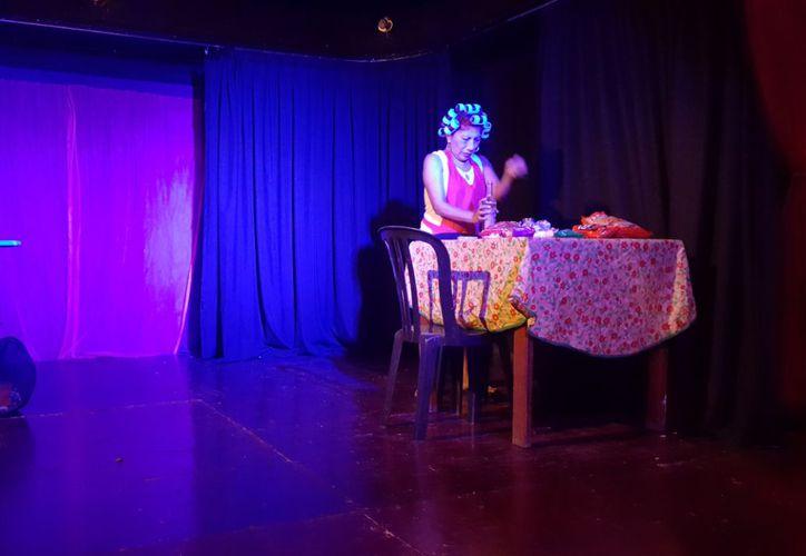 La actriz Gina Saldaña durante su presentación en el teatro Xbalamqué. (Jocelyn Díaz/SIPSE)