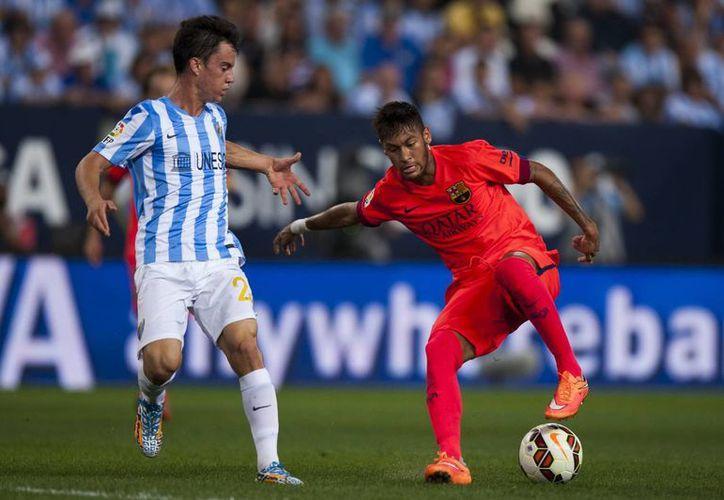 Neymar, del Barcelona (d) disputa la redonda contra Juanpi Anor Acosta, venezolano del Málaga, que opuso férrea resistencia y le sacó un empate al favorito en partido de Liga de España. (Foto:AP)