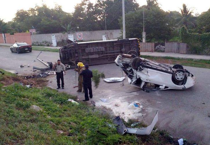 Los dos vehículos terminaron como pérdida total. (SIPSE)