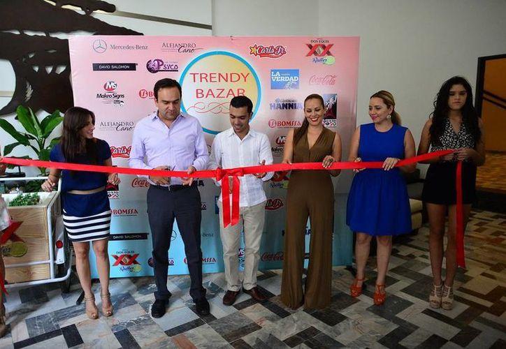 Inauguración del Trendy Bazar de manos de Nerio Torres Arcila, secretario de Desarrollo Social, y por Elías Lixa Abimerhi, regidor de la comisión de Espectáculos y Cultura, entre otros. (Milenio Novedades)