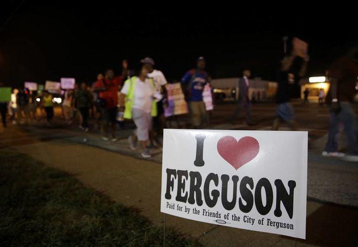 Tras la muerte de un joven afroamericano a manos de un agente, los habitantes de Ferguson, Misuri, realizaron protestas. (Agencias)