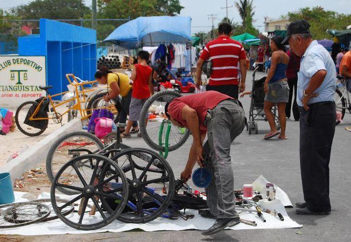 En los tianguis cada vez es más común observar la venta de objetos usados. (Tomás Álvarez/SIPSE)