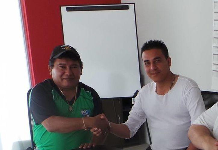 Santiago Pérez, de Cobras, y Armando Ureña, del FK Karpaty. (Milenio Novedades)