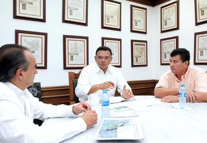 El gobernador Rolando Zapata Bello se reunió con el director del Centro SCT, Jorge Montaño Michel. (SIPSE)