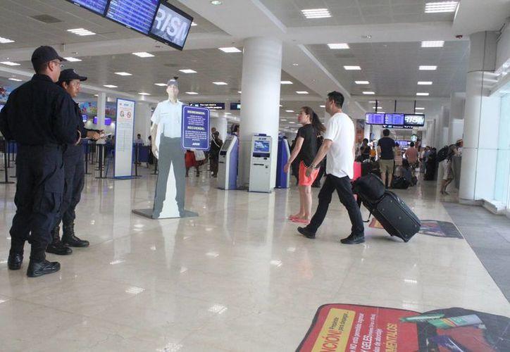 Continúa el arribo de turistas en el aeropuerto por las vacaciones de Semana Santa. (Sergio Orozco/SIPSE)