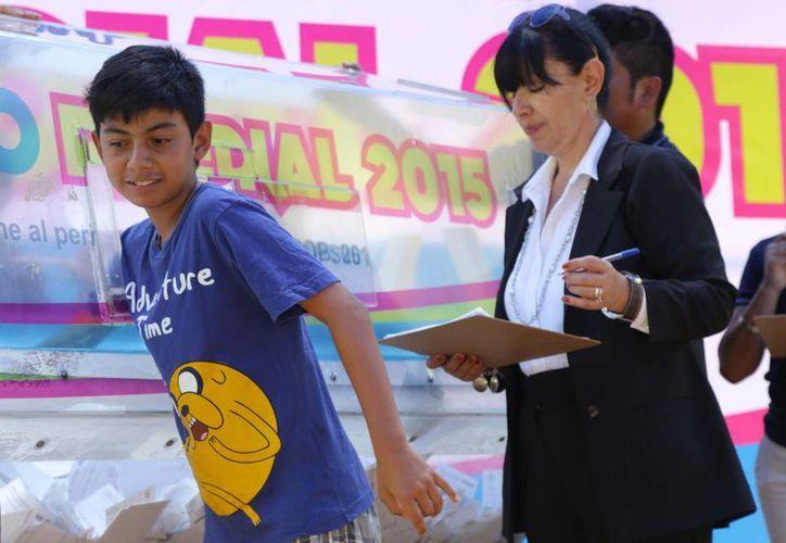 El niño Jaime López García fue el encargado de sacar las boletas ganadoras. (SIPSE)