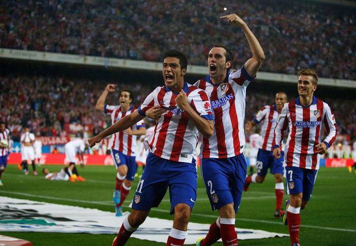 El delantero mexicano Raúl Jiménez, quien en la imagen celebra su primer gol con el Atlético de Madrid, también participó en la jugada ofensiva que significó un penal a favor de su equipo. (AP)