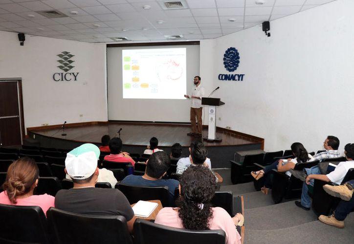 """El investigador del Laboratorio Nacional de Genómica para la Biodiversidad (Langebo), Francisco Barona Gómez, impartió la ponencia """"Emprendimiento para el sector agro-biotecnológico"""" en el Centro de Investigación Científica de Yucatán."""