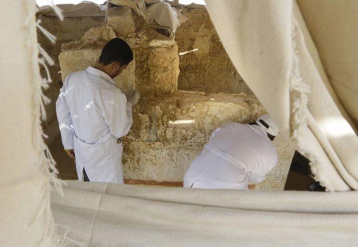 Restauradores trabajan en la tumba anterior al nacimiento de Jesucristo, recientemente descubierta en Sakara. (Foto: AP)
