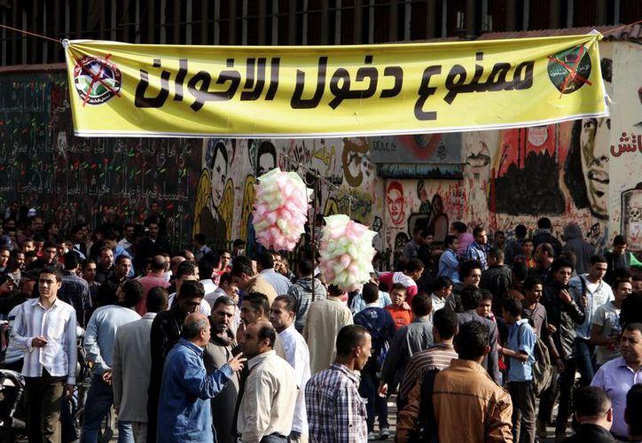 Manifestantes egipcios se reúnen en la plaza Tahrir, en El Cairo. (Agencias)