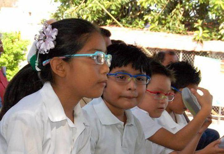 Entregan anteojos a estudiantes para ver mejor. (Milenio Novedades)