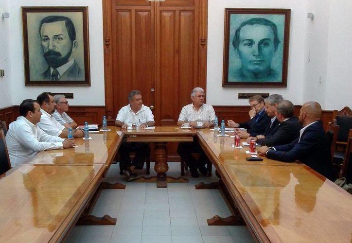 El jefe del Despacho del Gobernador encabezó la reunión con los ejecutivos de la empresa. (Milenio Novedades)