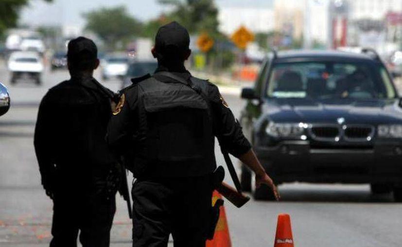 Detienen a Héctor Arenas Saucedo, El Gordo, con fines de extradicción, EU lo acusa de tráfico de drogas. Imagen de contexto de dos policías federales en un retén. (Archivo/SIPSE)