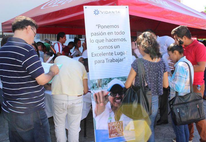 Participaron varias empresas ofreciendo vacantes a las personas. (Adrián Barreto/SIPSE)