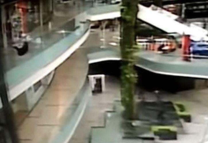 Al parecer, el sujeto cae porque su peso le ganó cuando se sentó en el barandal. (Foto: YouTube)