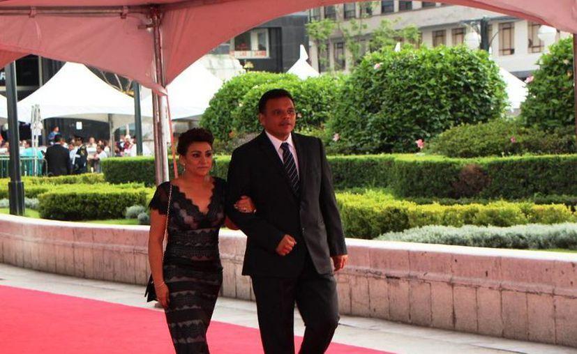 El gobernador Rolando Zapata y su esposa Sara Blancarte acudieron como invitados a la celebración nacional. (Cortesía)
