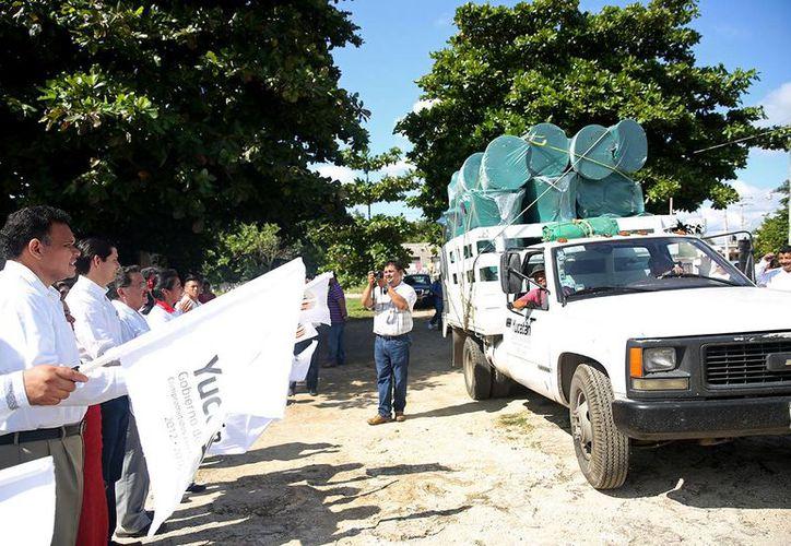 El gobernador Rolando Zapata Bello entregó mobiliario para escuelas secundarias en Acanceh. (SIPSE)