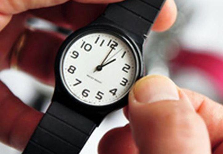 Al irse a dormir la noche de este sábado no olvide retrasar una hora el reloj. (SIPSE)