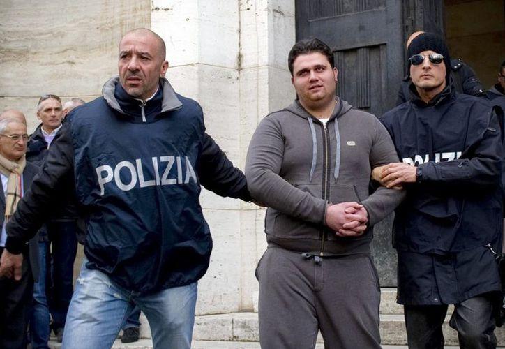 La policía arrestó hoy a Mennetta por su implicación en una guerra territorial para controlar el tráfico de drogas en el barrio napolitano de Scampia. (EFE)