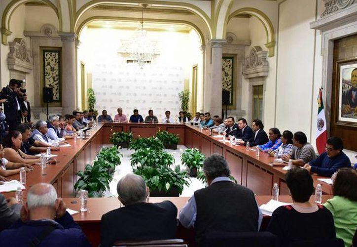 El magisterio disidente y las autoridades educativas acordaron una agenda para el análisis de la reforma en la materia. (Archivo/Notimex)