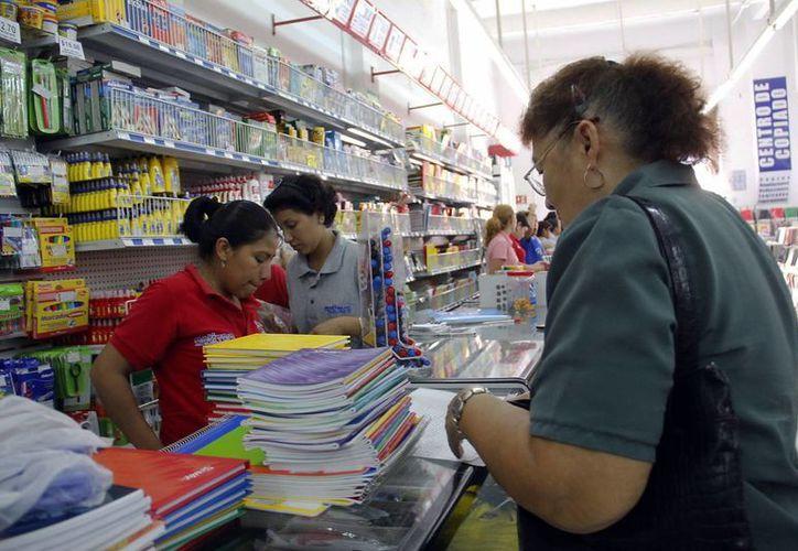 Las papelerias del centro registran gran actividad por los útiles. (Milenio Novedades)