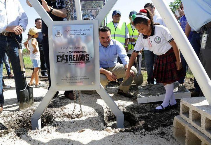 Una estudiante coloca la primera piedra de lo que será el parque de deportes extremos, en el poniente de Mérida. (SIPSE)