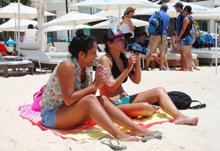 Vacacionistas aprovechan la ola de calor en la Riviera Maya. (Daniel Pacheco/SIPSE)