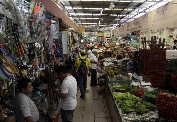 Algunos comerciantes de San Benito aceptan que sus productos son más caros, pero están más frescos. (SIPSE/Christian Ayala)