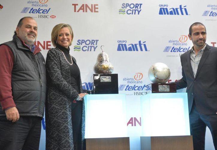 En la edición del 2016 participarán jugadores como Kei Nishikori, David Ferrer, Marin Cilic y Milos Raonic en la rama varonil, y Victoria Azarenka en la femenil. En la foto, los organizadores junto a los premios. (Foto tomada de Abierto Mexicano)