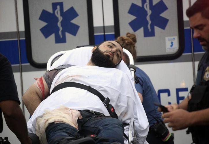 Ahmad Khan Rahami es puesto bajo custodia después de un tiroteo con la policía, en el cual resultó herido. (Nicolaus Czarnecki/Boston Herald través AP)