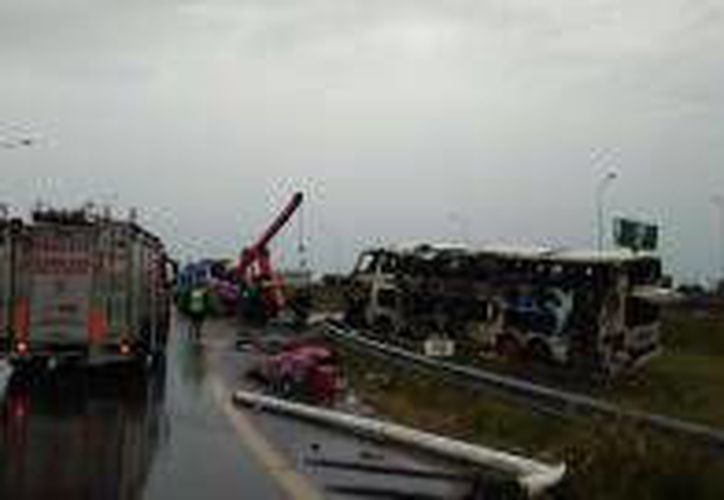 Cinco muertos y más de 30 heridos fue el saldo de un accidente en el que volcó un autobús paraguayo en Argentina. Vista del lugar del accidente en el que cinco personas, entre ellas tres menores de 4 a 10 años, fallecieron. (EFE)