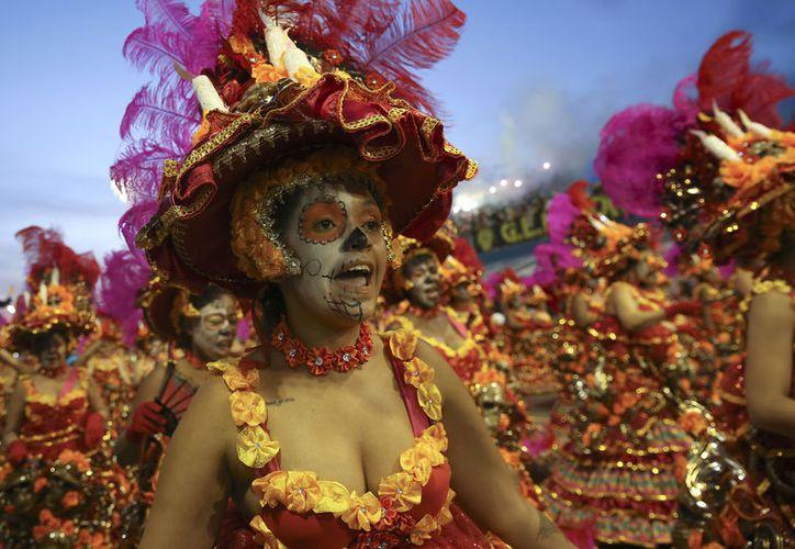 Desde la cultura Azteca hasta el 'Chavo de 8' fue el homenaje de la escuela de samba hacia México. (Foto: AP)