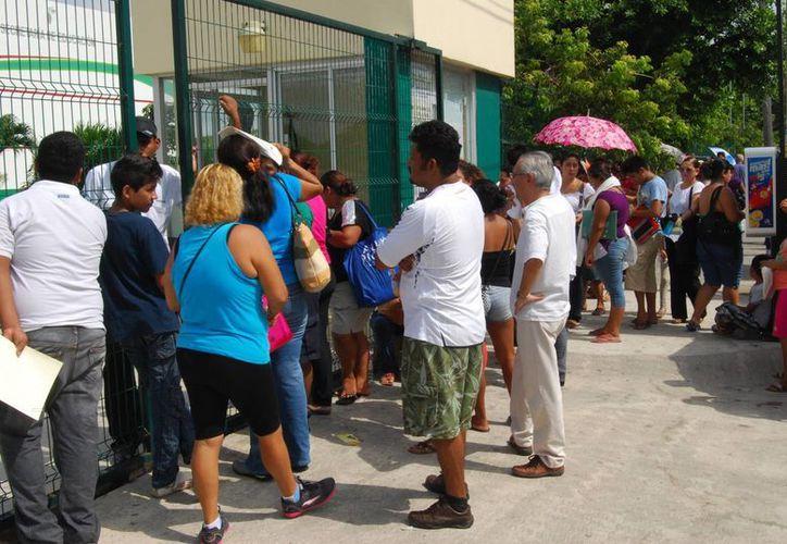 Los primeros padres de familia llegaron desde el domingo, pues les preocupaba que no alcanzaran cupo para sus hijos. (Tomás Álvarez/SIPSE)