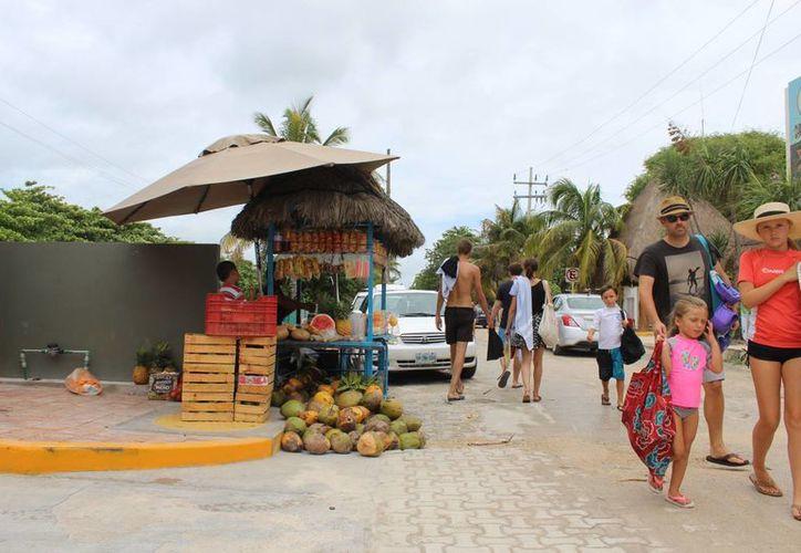 La fruta de la estación es lo más común, aprovechando el calor y la afluencia de visitantes. (Sara Cauich/SIPSE)