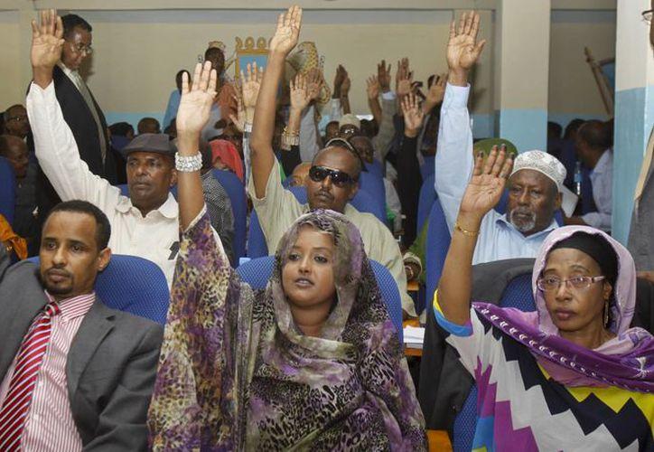 Miembros del parlamento de Somalia al momento de votar por la destitución del primer ministro Abdiweli Sheij Ahmed. (Agencias)