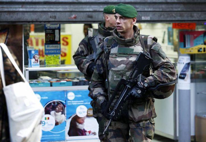 Dos militares patrullan cerca del lugar donde la Policía francesa mató al hombre armado que trató de atacar hoy una comisaría del barrio de la Goutte d'Or, hoy al norte de París, Francia. (EFE)