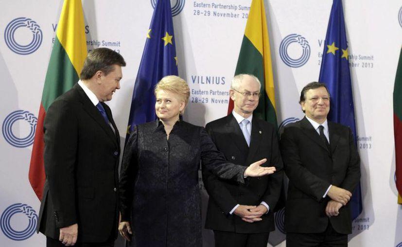 De i a d: los presidentes de Ucrania y Lituania, Víctor Yanukóvich y Dalia Grybauskaité; el presidente del Consejo Europeo, Herman Van Rompuy, y el de la Comisión, José Manuel Durao Barroso, en el inicio de la cumbre de Vilna. (Efe)