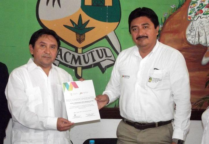 El alcalde Julián Pech (i) y el gobernador de Rotary Internacional, Normando Ariel Medina Castro. (Cortesía)