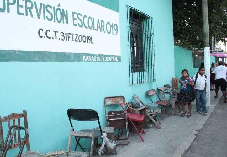 Se busca acabar con el problema de las sillas encadenadas en los planteles cada que hay prescripción. (Milenio Novedades