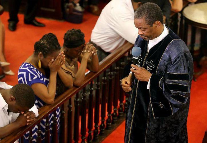 La Iglesia Metodista Episcopal Africana Emmanuel (AME) en Charleston abrió hoy sus puertas para celebrar el primer servicio religioso desde la masacre que cobró la vida de nueve personas, incluido su pastor, cinco días atrás. (AP)
