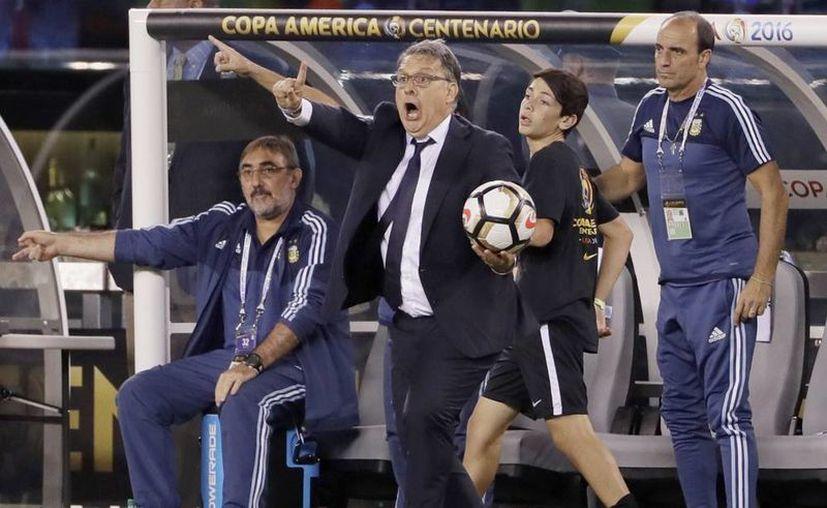 Imagen del entrenador argentino Gerardo Martino (centro) durante el partido de fútbol Copa América Centenario contra Chile, el pasado 26 de junio, en East Rutherford, N. J. El técnico presentó hoy su renuncia a la Selección de Argentina. (Foto AP / Matt Slocum)