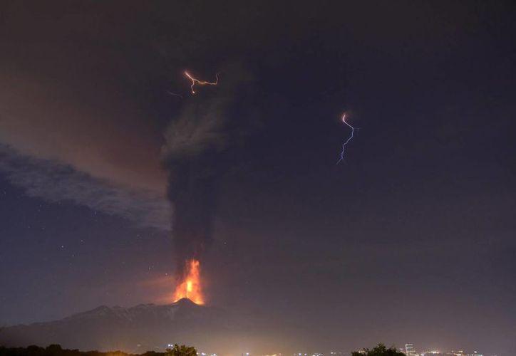 Vista de la nube de cenizas y lava expulsada por el volcán Etna desde Catania Italia durante la noche del jueves. (EFE)