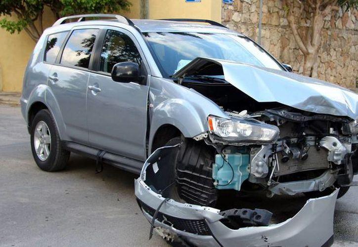 Se promueve en la población de Yucatán el uso del cinturón y cumplir con los reglamentos de vialidad para reducir el riesgo de accidentes. Imagen de contexto del choque de una camioneta, el día de ayer, en el norte de Mérida. (Milenio Novedades)